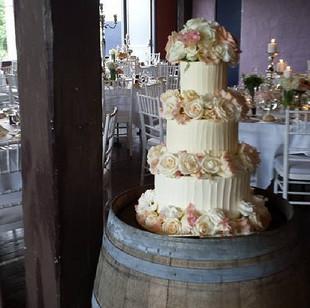 Beautiful fresh flowers on my rough iced #weddingcake #lindemans #huntervalley #cakeladycakes