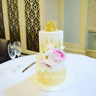 Our lovely wedding cake all set up with its beautiful fresh flowers at the glorious _thetearoomqvb.jpg