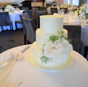 Fresh flowers and deliciousness for Sophie and Lawrence #cakeladycakes #buttercreamweddingcake #acdnmember _gunnersbarracks #cakeladycakesbu
