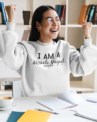 crewneck-sweatshirt-mockup-of-a-joyful-c