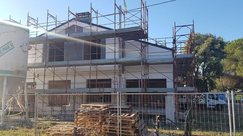 Montaggio ponteggio per nuova costruzione di villette bifamiliari