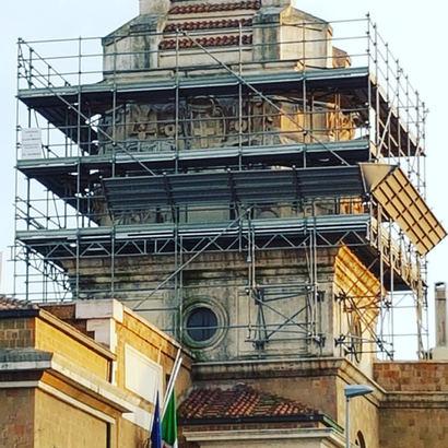 Montaggio ponteggio completamente sopseso con ancoraggi al muro per municipio di Ostia Lido
