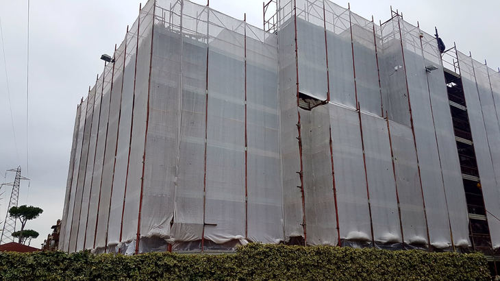Montaggio ponteggi per ristrutturazione con copertura con teli antipolvere