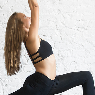 Chica practicando yoga guerrero 1