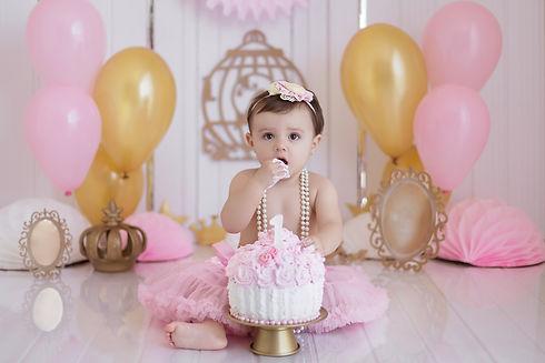 Bebê comendo bolo
