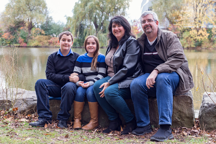 family of four photoshoot at the lake