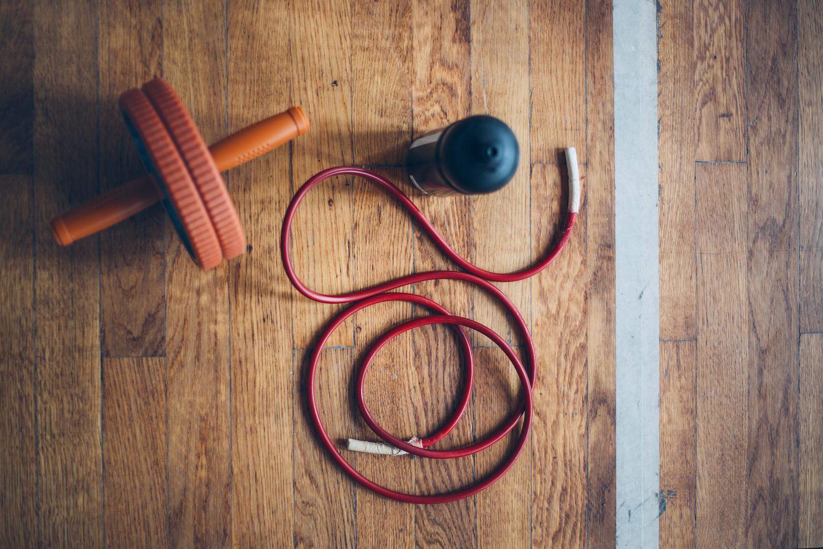 Fitnessgeräte auf einem Holzfußboden