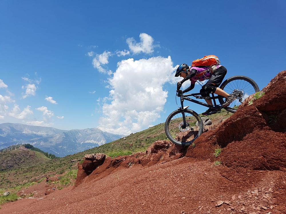 Claudia Weller liebt Yoga und das Biken: hier in der Haute Provence.