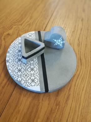 משטח בטון דקורטיבי בשילוב אלמנטים תואמים