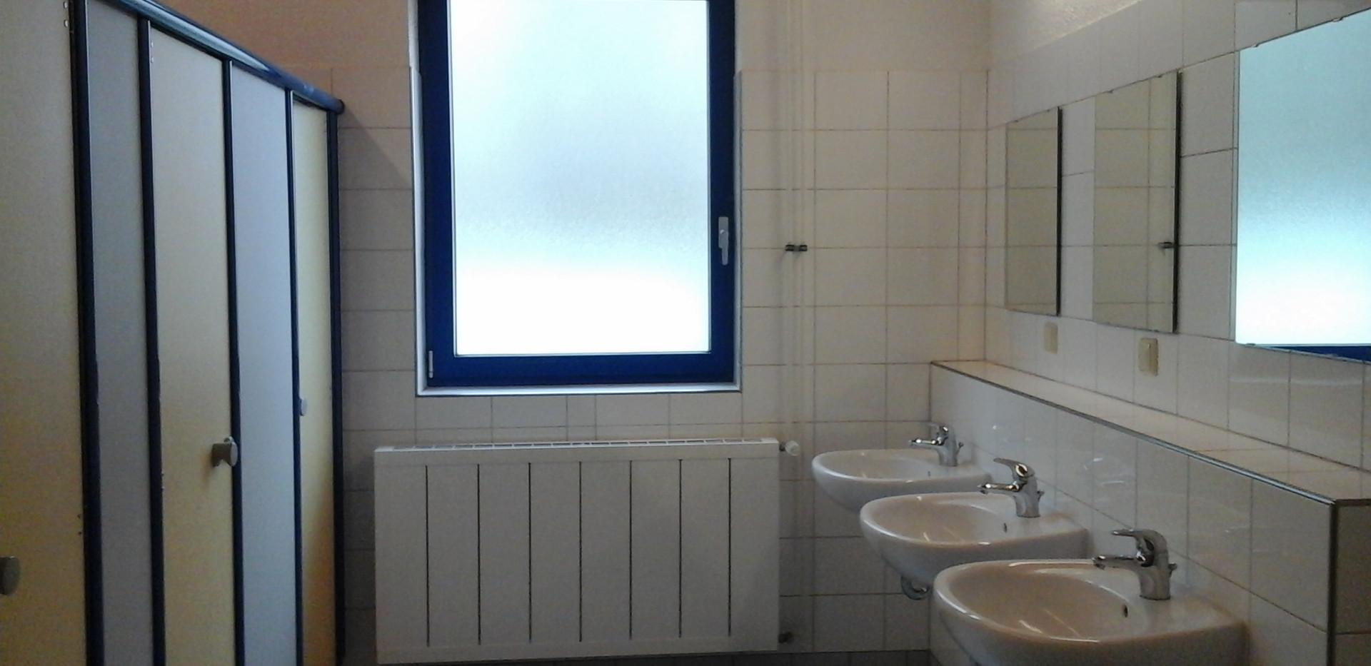 getrennte WC und Duschbereiche