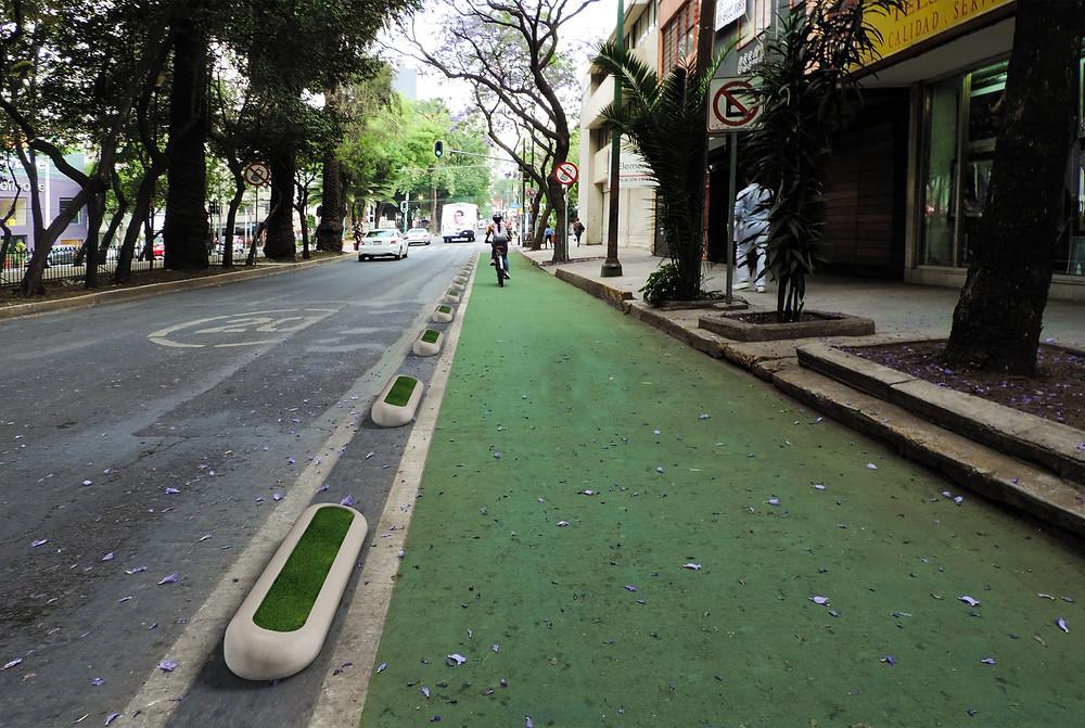 Confinamientos para ciclovías temporales con miras ha encontrar su permanencia. Con musgos para atrapar partículas suspendidas y contribuir favorablemente con el medio ambiente.