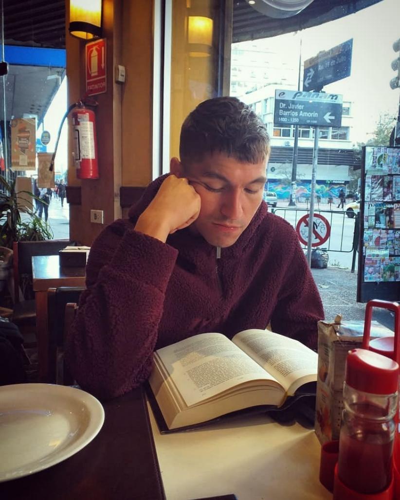 Gustavo Solar reading