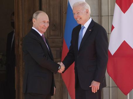 Acuerdan Biden y Putin devolver embajadores y reducir tensión