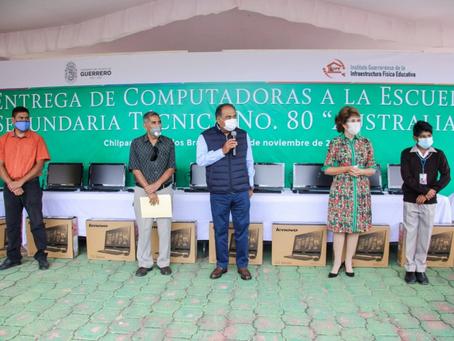Cumple Astudillo Flores y equipa centro de cómputo de secundaria en Petaquillas