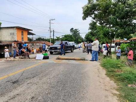 Bloquean habitantes de Cacalutla, Atoyac la carretera federal Acapulco-Zihuatanejo
