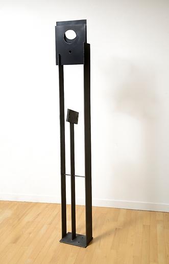 """""""Chamane... à la lune"""", 2011, métal peint, 179 x 26 x 17 cm (70½ x 10¼ x 6¾ po)"""