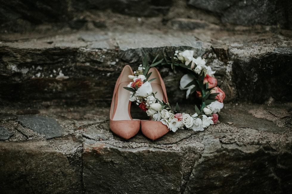 chassures de la mariee et couronne de fleurs de la mariee