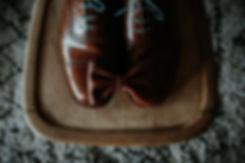 chaussures marron et neoud papilon en cuir pour le marie