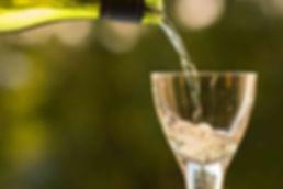 Champagner wird eingeschenkt