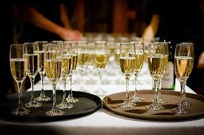 Tablett mit Champagnergläsern