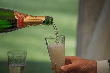 Eine edle Champagner marke wird eingeschenkt
