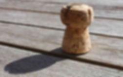Flaschenkorken auf Holz