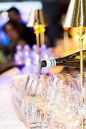 Champagner wird ausgeschenkt