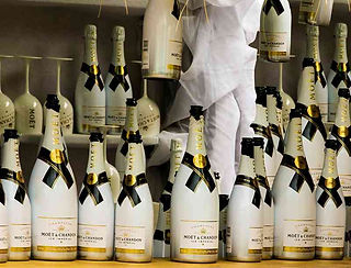 Dom Perignon und Moet Flaschen