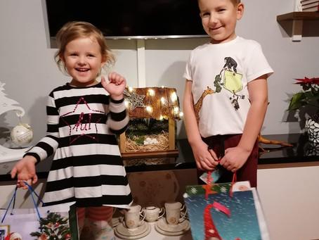 Kacperek i Olka dziękują za prezenty od św. Mikołaja!