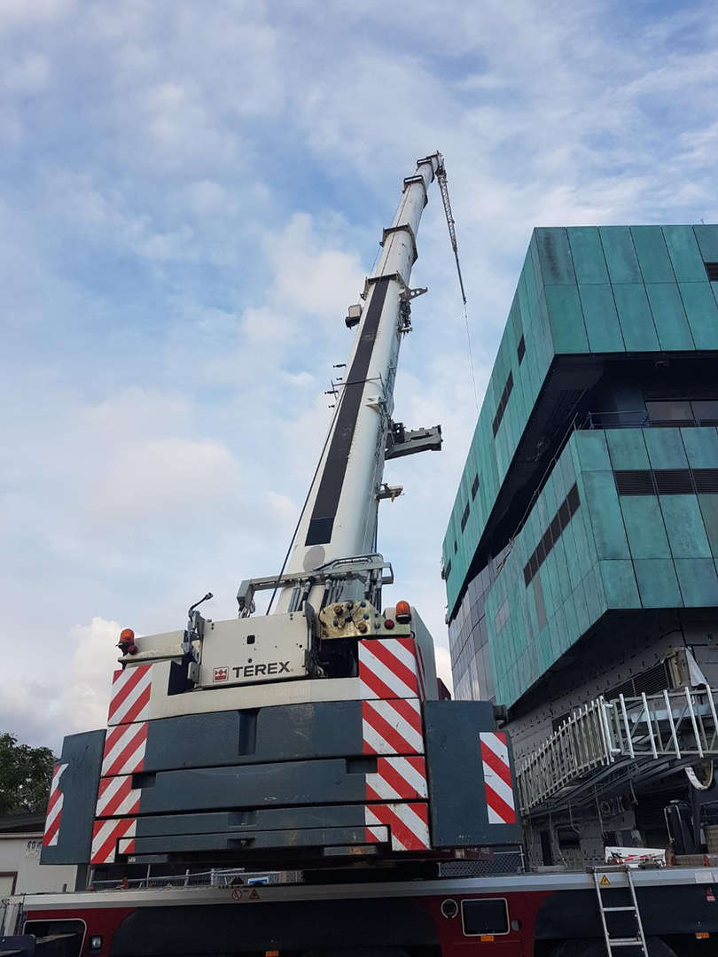 Associated Rigging Crane Hire - Uvet
