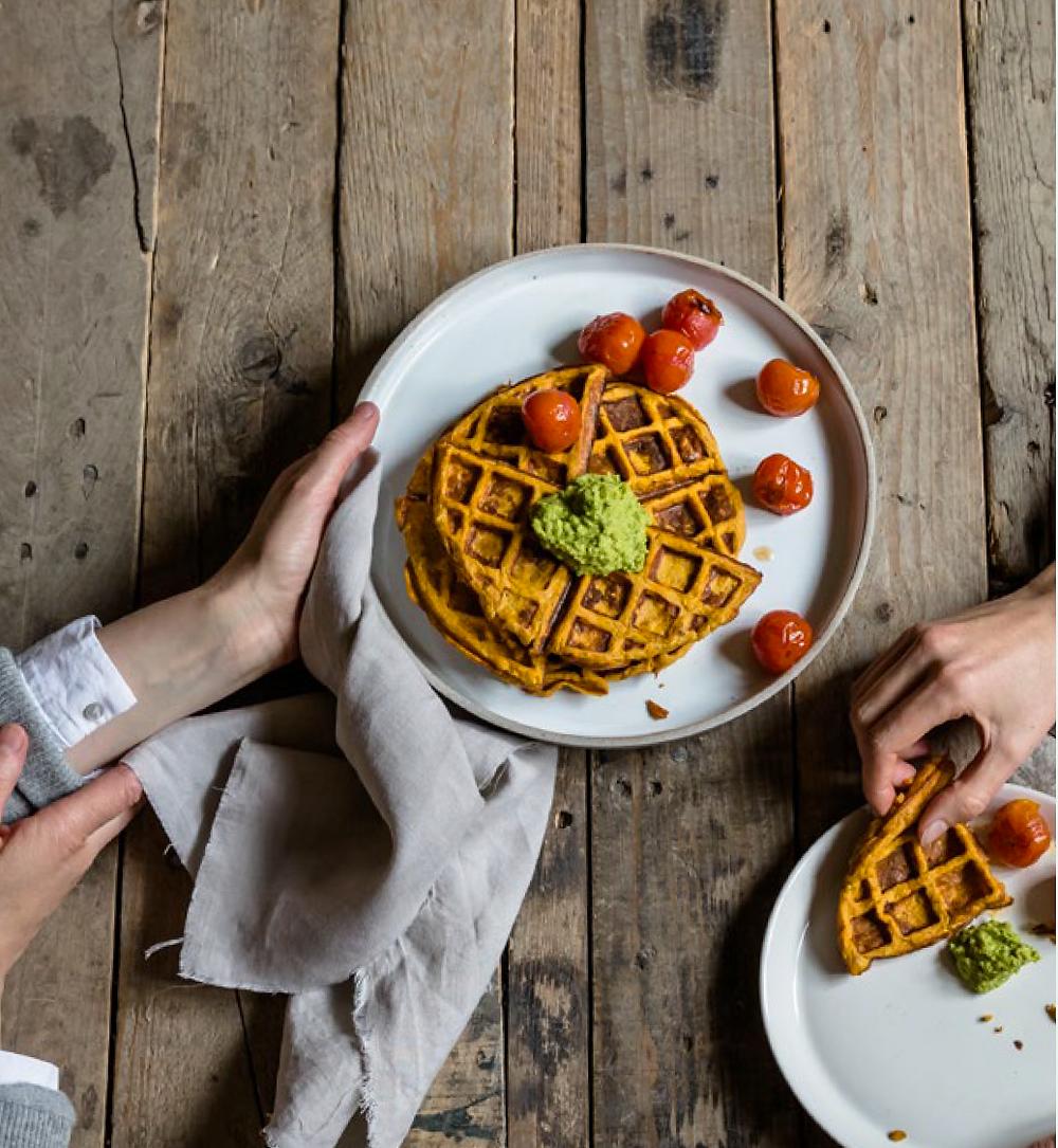 PURE! Das digitale Magazin - Rezept: Süßkartoffelwaffeln mit Spinat-Parmesan-Creme