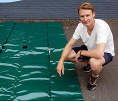 Iwan Fransen met regenwater waterzak
