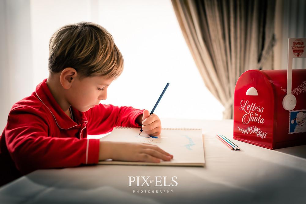 Jongen schrijft brief aan de kerstman.