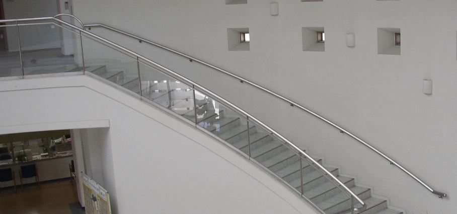 階段手すりカーブ