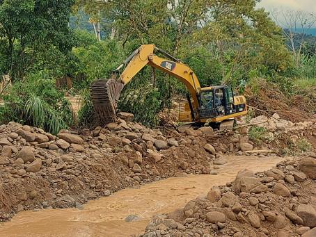 ECSA apoya con maquinaria para trabajos emergentes en el cantón Nangaritza