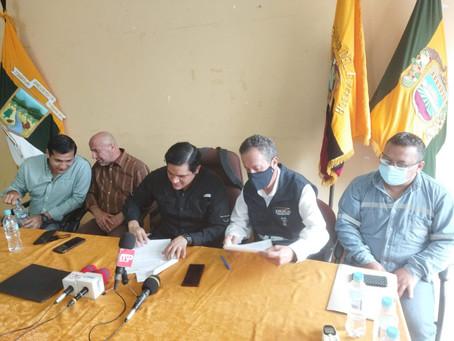 CELEC EP y representantes del sector bananero firman acuerdo.