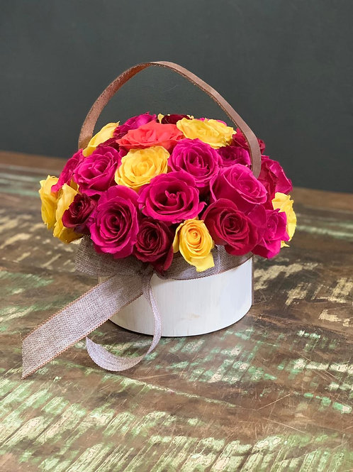 Arranjo de Rosas Coloridas na Caixa Redonda de Madeira