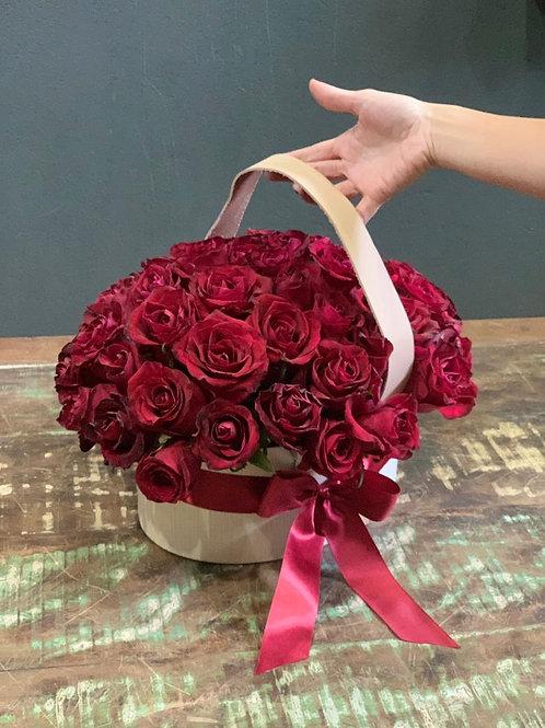 Arranjo de Rosas na caixa Oval de Madeira