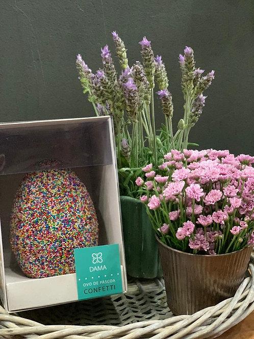 Bandeja de Palha com Vasinhos de flor + Ovo de Páscoa DAMA Confetti