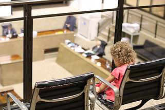 Mães e crianças no Tribunal de Contas