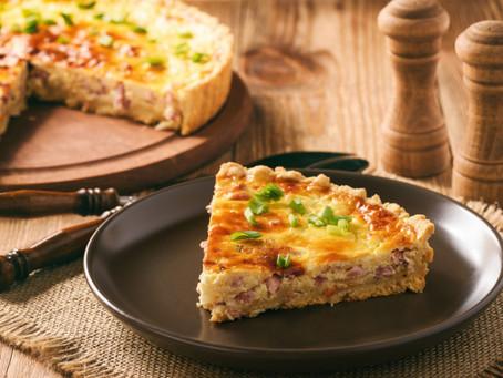 Пирог с луком, беконом и сыром