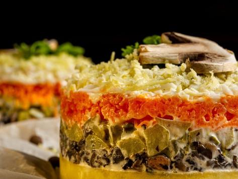 Слоеный салат с грибами и сыром