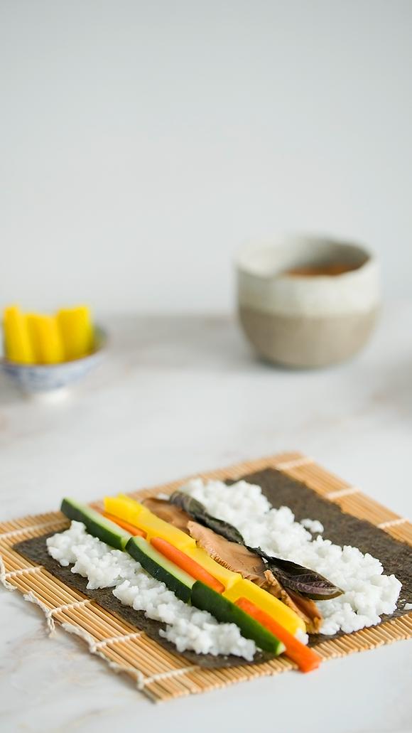 Sushi haciendo futomaki veg.png