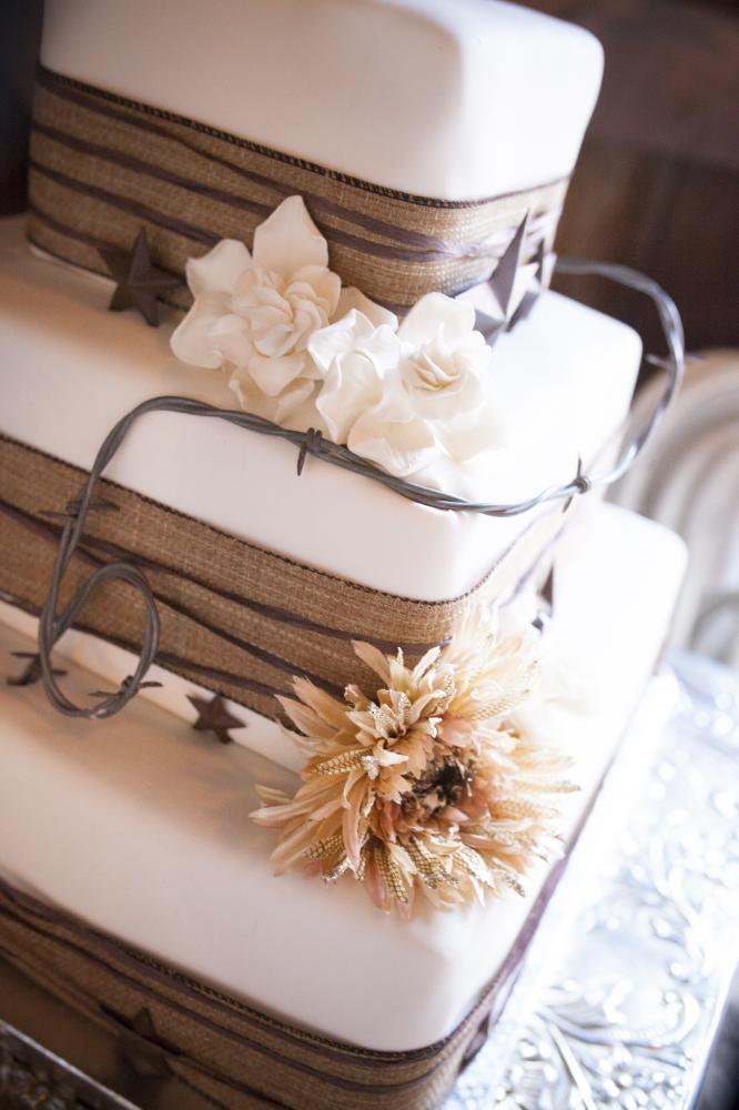 detail burlap cake