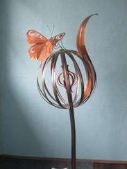 """""""Fleur"""" en forme de boule de 45 cm. en acier inox, avec un pétale et un papillon en cuivre. Hauteur 1m. 50"""