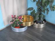 Jardinières en zinc, laiton et maillechort. Diamètre 45 cm. Hauteur 11,5 cm.