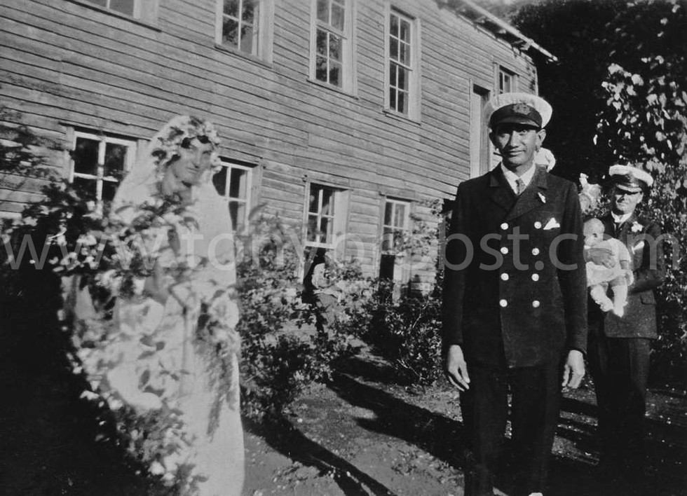 1932 June Gifford and Linas wedding Philip Cook Coffin is holding the baby
