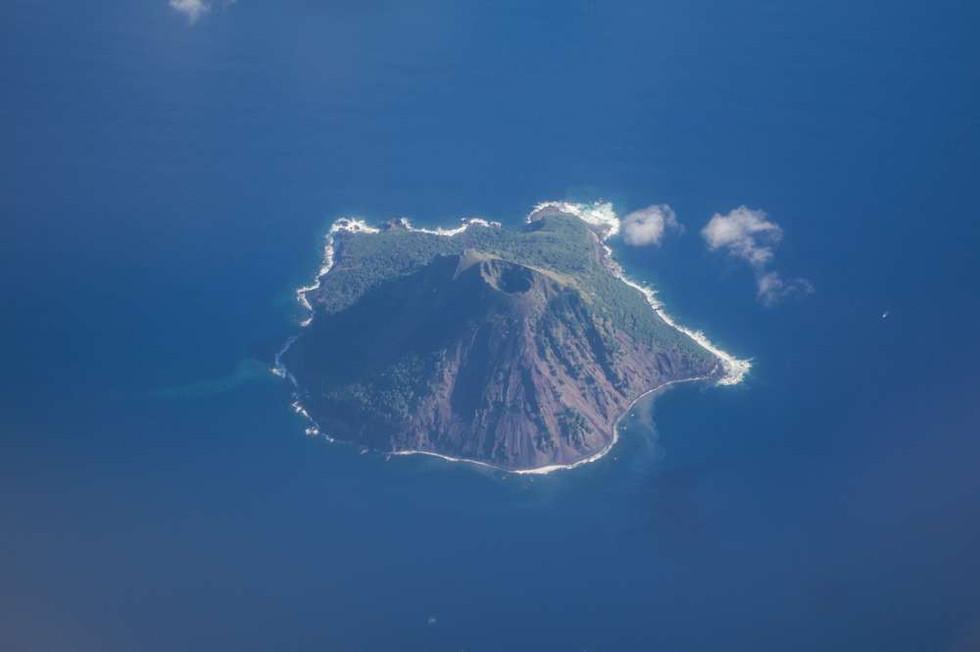 1495 Mehetia volcano 70 miles east of Tahiti.jpg