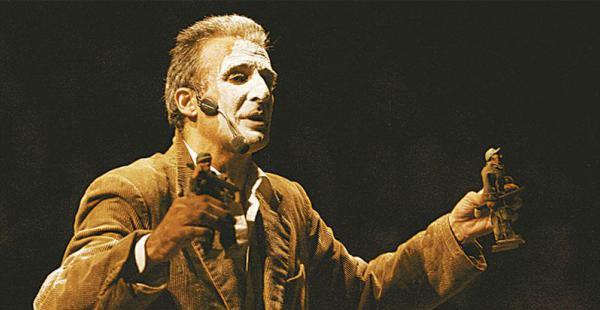"""César Brie, durante lo spettacolo """"Otra vez Marcelo"""" del 2005, l'opera scritta sulla vita di Marcelo Quiroga Santa Cruz"""