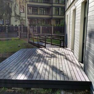 terase-pie-mājas-ar-ratiņkrēslu-nobra